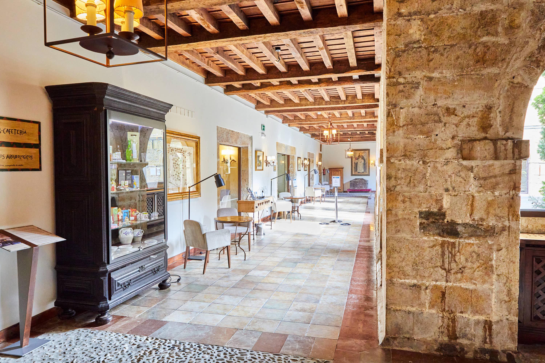Galería del claustro junto a la cafetería del Monasterio de San Pedro de Villanueva, en Cangas de Onís, Asturias
