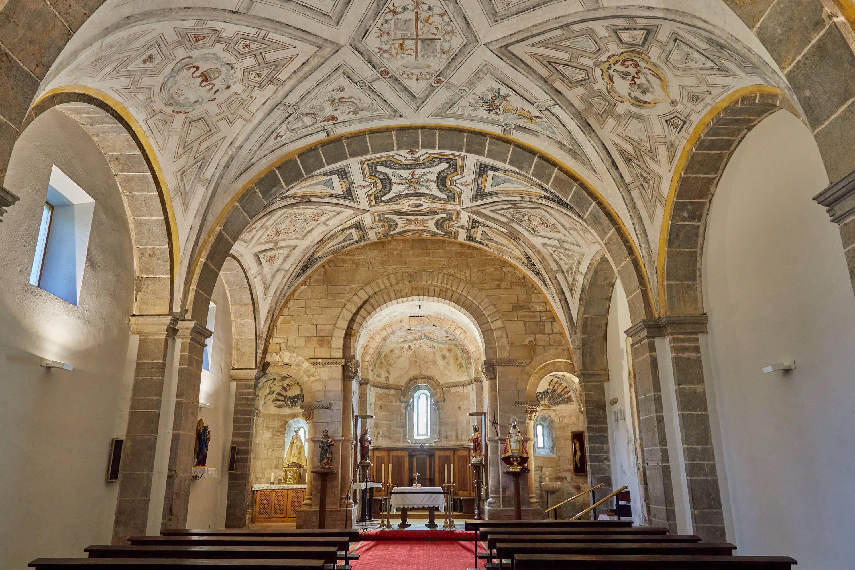 Interior de la iglesia del Monasterio de San Pedro de Villanueva, en Cangas de Onís, Asturias