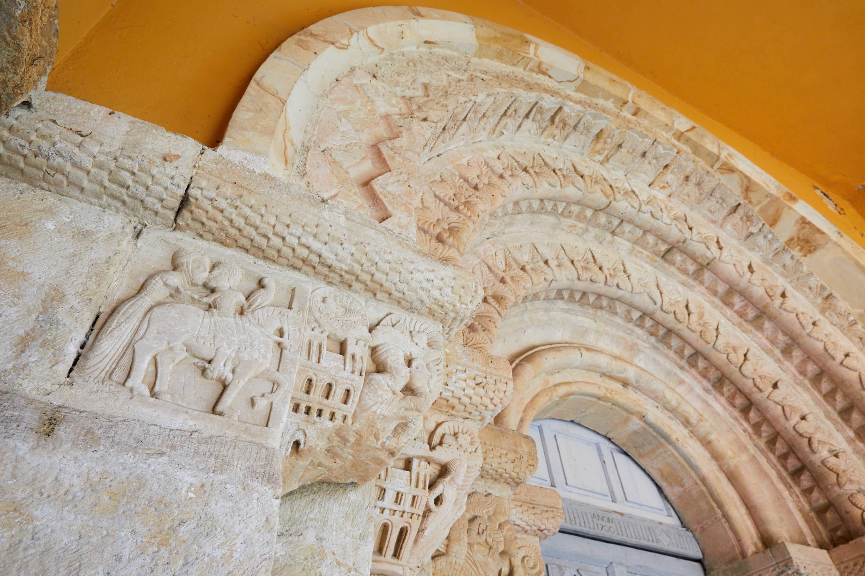 Arco y capiteles de la puerta de la iglesia del Monasterio de San Pedro de Villanueva, en Cangas de Onís, Asturias