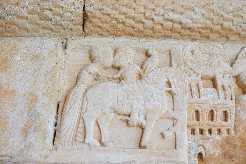 Bajorrelieve del beso del rey Favila sobre caballo a Froiluba en los capiteles de la puerta de la iglesia del Monasterio de San Pedro de Villanueva, en Cangas de Onís, Asturias