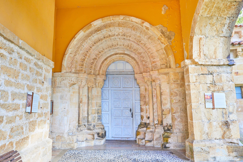 Puerta de la iglesia del Monasterio de San Pedro de Villanueva, en Cangas de Onís, Asturias