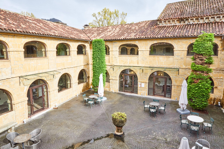 Patio del claustro del Monasterio de San Pedro de Villanueva, en Cangas de Onís, Asturias