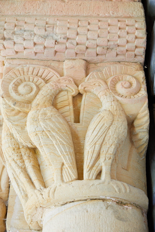 Aves talladas en los capiteles de la puerta de la iglesia del Monasterio de San Pedro de Villanueva, en Cangas de Onís, Asturias