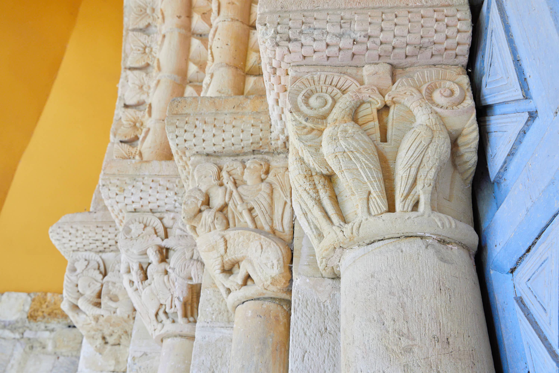 Pespectiva de los capiteles de la puerta de la iglesia del Monasterio de San Pedro de Villanueva, en Cangas de Onís, Asturias