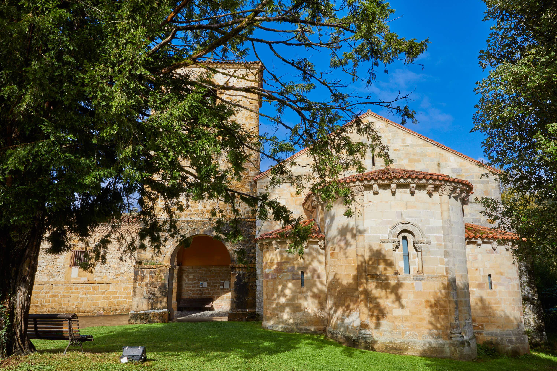 Abside de la iglesia del Monasterio de San Pedro de Villanueva, en Cangas de Onís, Asturias