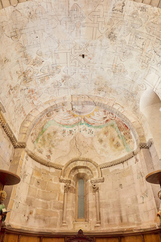 Interior del ábside de la iglesia del Monasterio de San Pedro de Villanueva, en Cangas de Onís, Asturias