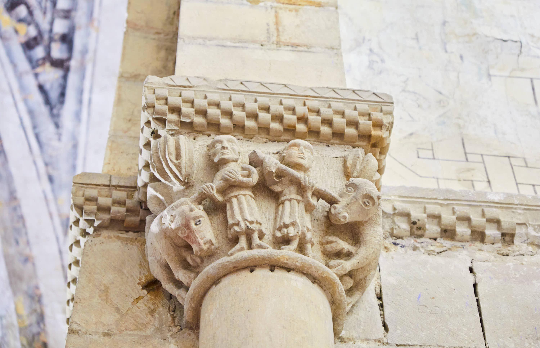 Capitel con ganaderos en el interior de la iglesia del Monasterio de San Pedro de Villanueva, en Cangas de Onís, Asturias