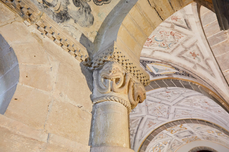 Capitel con serpientes saliendo de boca en el interior de la iglesia del Monasterio de San Pedro de Villanueva, en Cangas de Onís, Asturias