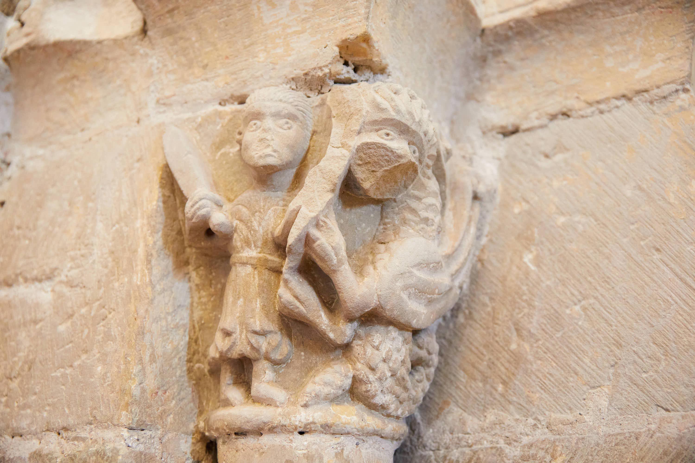 Capitel con caballero matando un dragón en el interior de la iglesia del Monasterio de San Pedro de Villanueva, en Cangas de Onís, Asturias