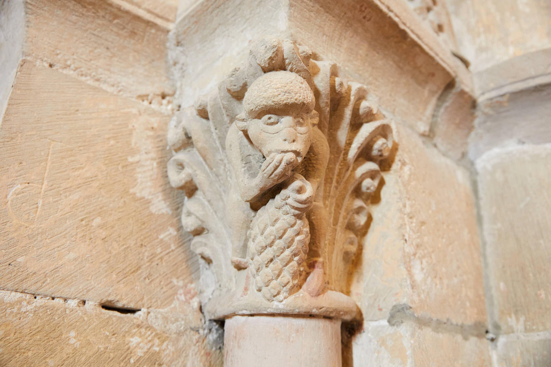 Capitel con mono comiendo en el interior de la iglesia del Monasterio de San Pedro de Villanueva, en Cangas de Onís, Asturias