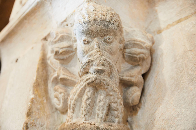 Capitel con hombre barbudo en el interior de la iglesia del Monasterio de San Pedro de Villanueva, en Cangas de Onís, Asturias