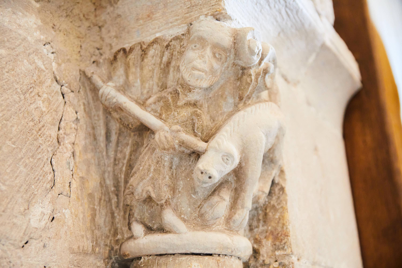 Capitel con hombre matando a un animal en el interior de la iglesia del Monasterio de San Pedro de Villanueva, en Cangas de Onís, Asturias