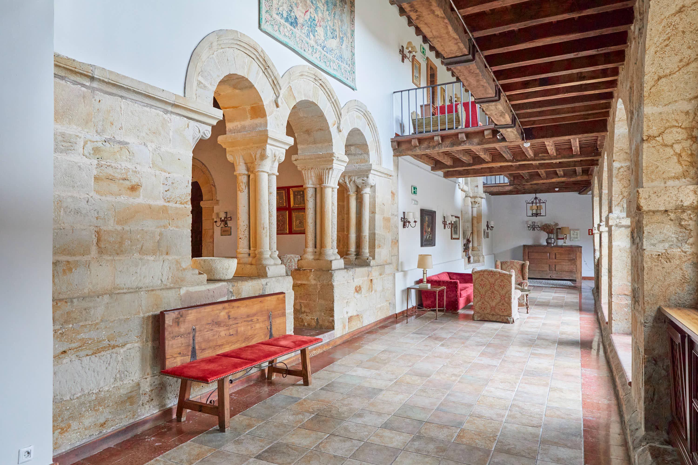 Portada capilla y galería del claustro del Monasterio de San Pedro de Villanueva, en Cangas de Onís, Asturias