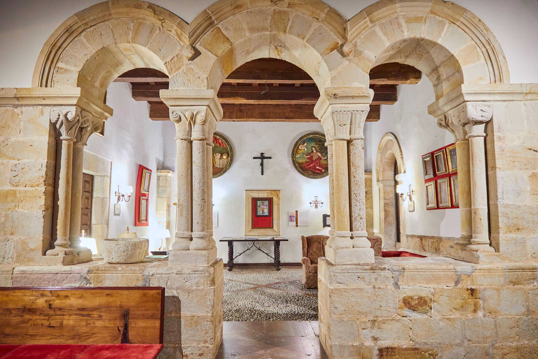 Portada de la capilla del Monasterio de San Pedro de Villanueva, en Cangas de Onís, Asturias