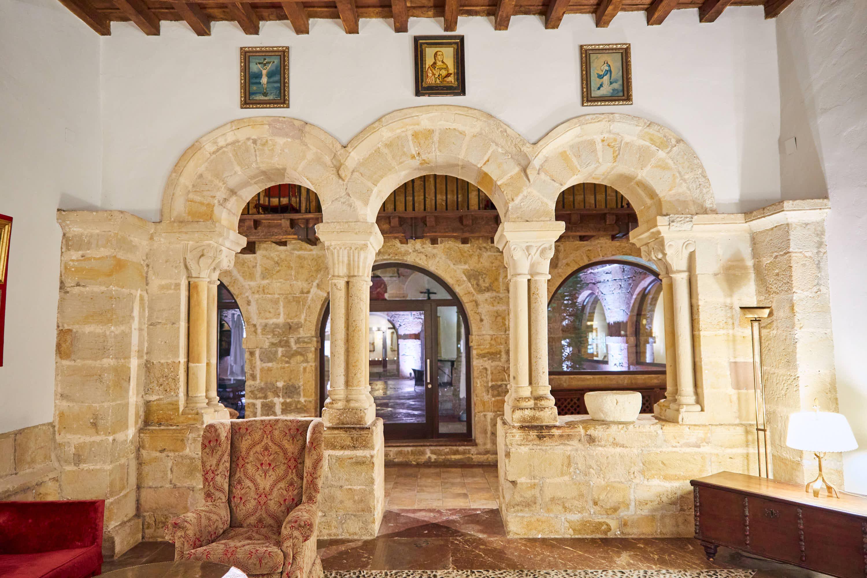Portada desde el interior de la capilla del Monasterio de San Pedro de Villanueva, en Cangas de Onís, Asturias