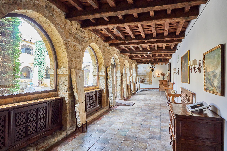 Galería del claustro con lápidas del Monasterio de San Pedro de Villanueva, en Cangas de Onís, Asturias