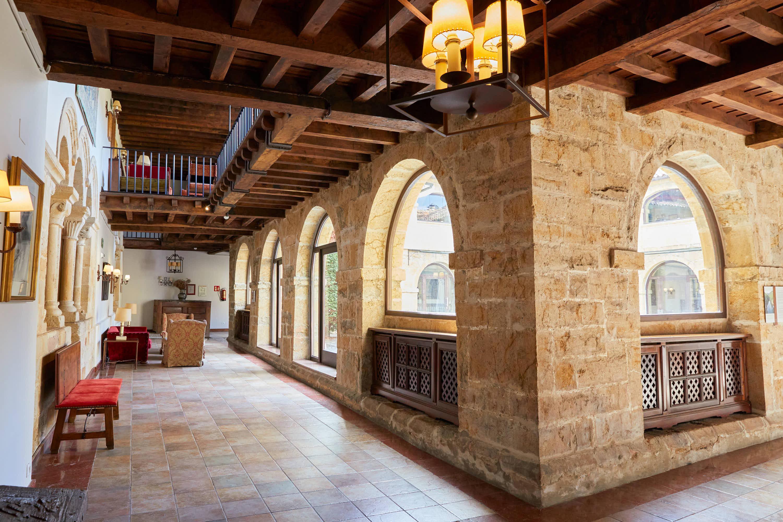 Galería del claustro junto a la capilla del Monasterio de San Pedro de Villanueva, en Cangas de Onís, Asturias