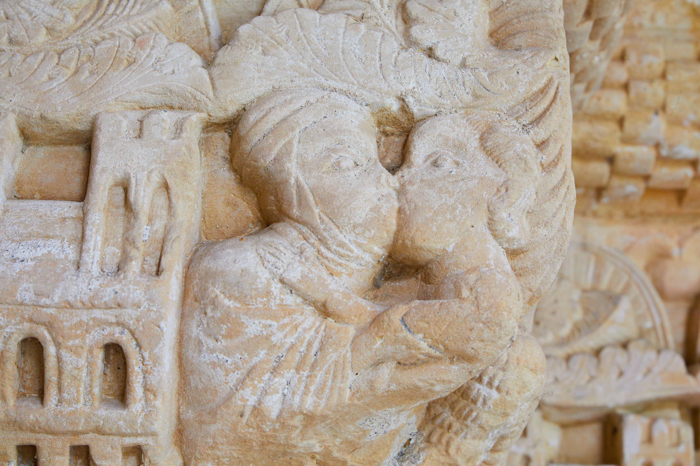 Talla del beso del rey Favila a Froiluba en los capiteles de la puerta de la iglesia del Monasterio de San Pedro de Villanueva, en Cangas de Onís, Asturias