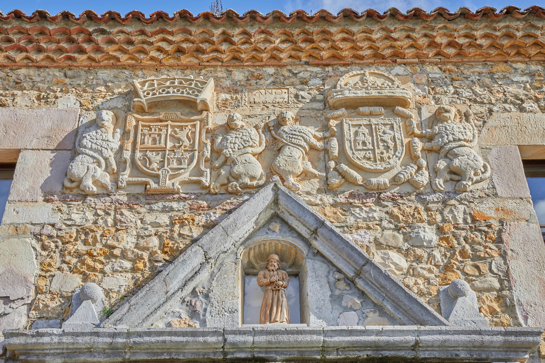 Escudos en la puerta del Monasterio de San Pedro de Villanueva, en Cangas de Onís, Asturias