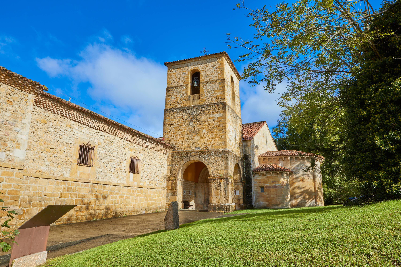 Fachada de la iglesia del Monasterio de San Pedro de Villanueva, en Cangas de Onís, Asturias