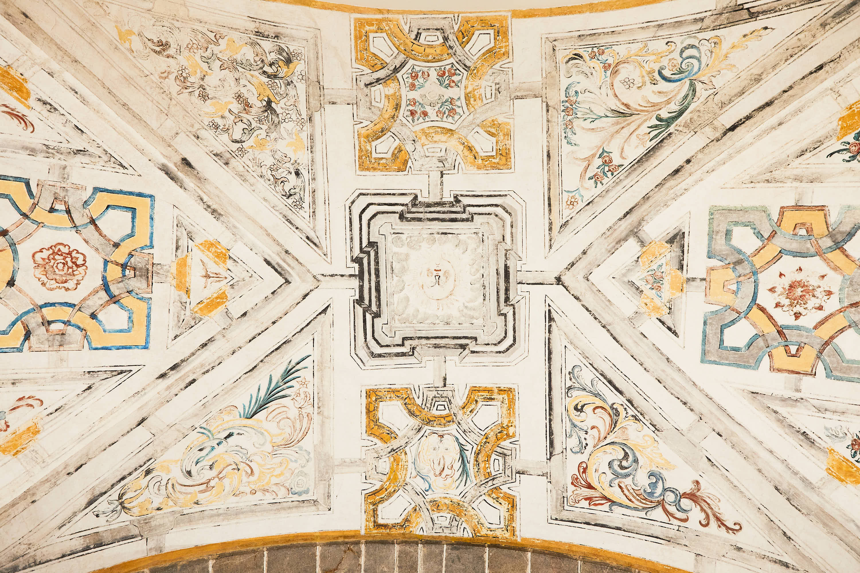 Techo pintado de la iglesia del Monasterio de San Pedro de Villanueva, en Cangas de Onís, Asturias