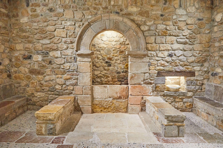 Pozo del Monasterio de San Pedro de Villanueva, en Cangas de Onís, Asturias