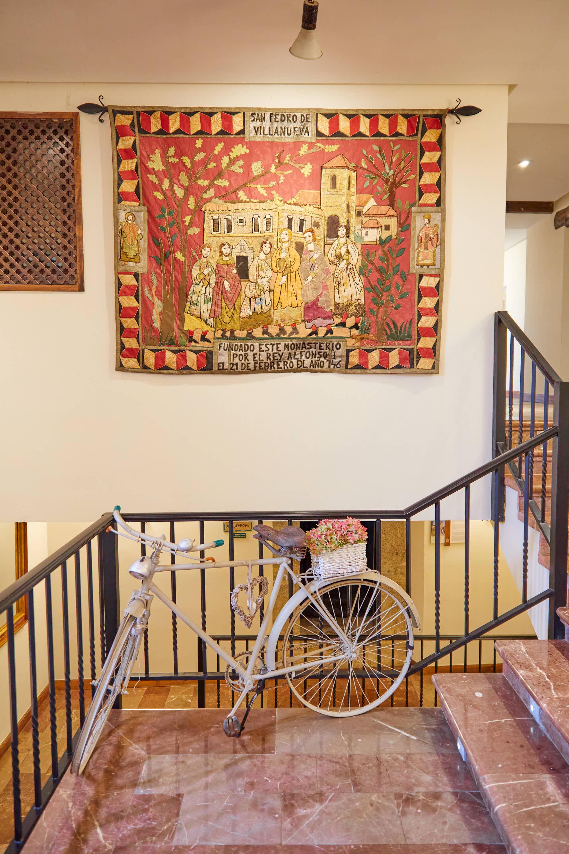 Detalle del interior del Monasterio de San Pedro de Villanueva, en Cangas de Onís, Asturias
