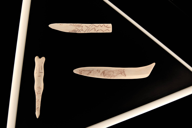 Tres útiles prehistóricos tallados del Centro de Arte Rupestre Tito Bustillo en Ribadesella, Asturias