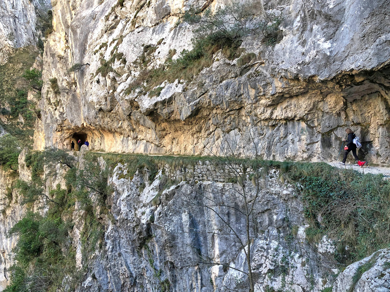Personas caminando en la Ruta del Cares entre Poncebos (Asturias) y Cain (León)