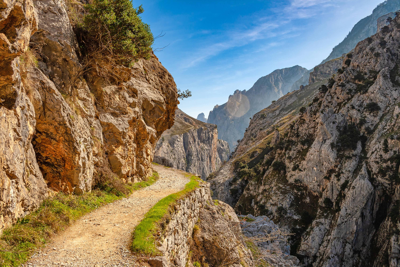 Curva en la senda de la Ruta del Cares entre Poncebos (Asturias) y Cain (León)