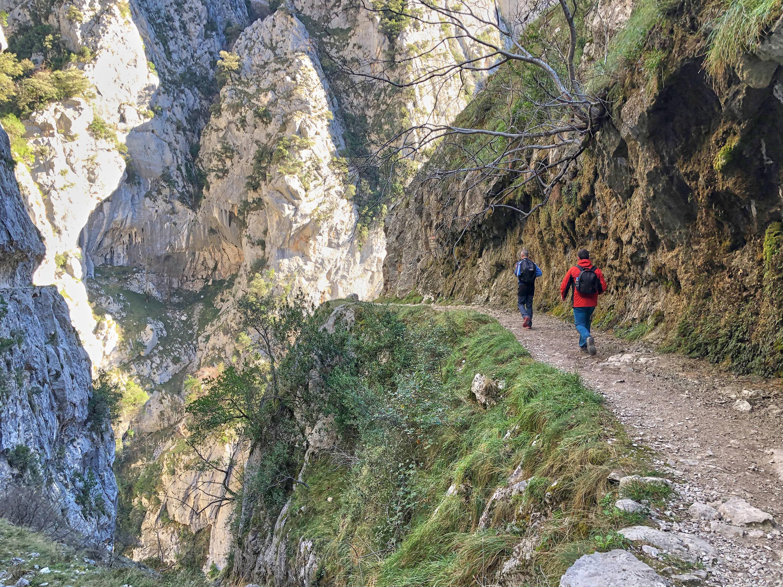 Pareja caminando en la senda o Ruta del Cares entre Poncebos (Asturias) y Cain (León)