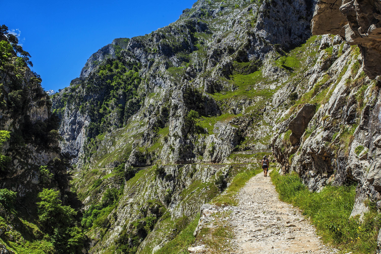 Senda de la Ruta del Cares al salir de Poncebos (Asturias) hacia Cain (León)