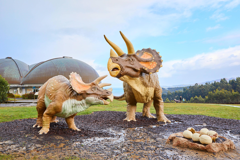 Pareja de dinosaurios Triceratops en el Museo del Jurásico de Asturias, MUJA, Colunga
