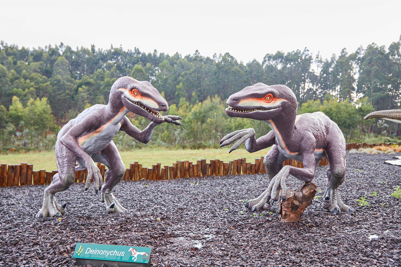 Maqueta de dinosaurios Deinonychus en el Museo del Jurásico de Asturias, MUJA, Colunga