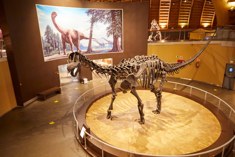 Maqueta de esqueleto de dinosaurio en el Museo del Jurásico de Asturias, MUJA, Colunga