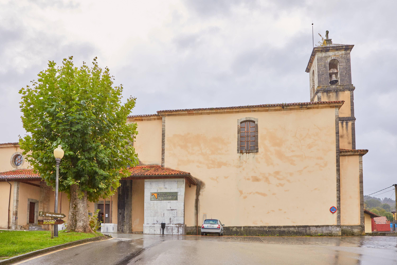 Fachada de la iglesia de Santa María, donde se ubica la exposición Aula del Reino en Cangas de Onís, Asturias