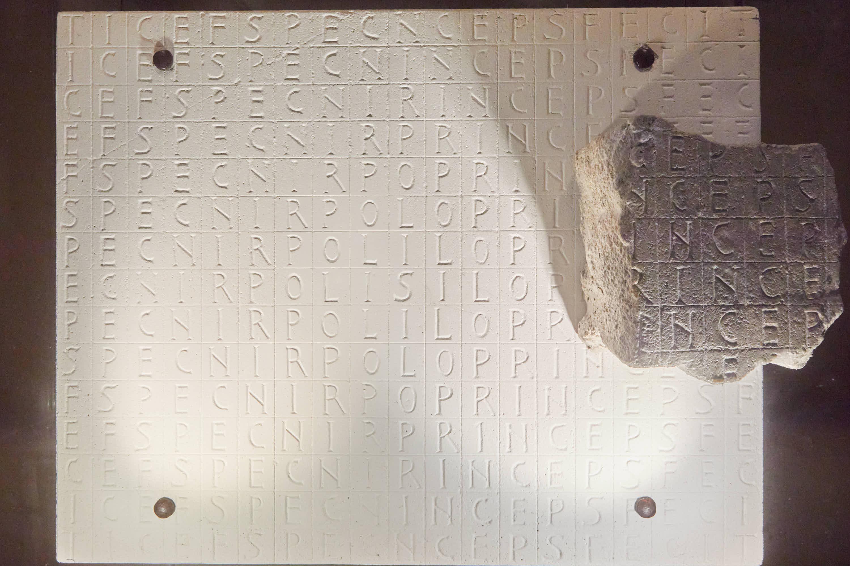 Piedra laberíntica del rey Silo en  la exposición del Aula del Reino en Cangas de Onís, Asturias