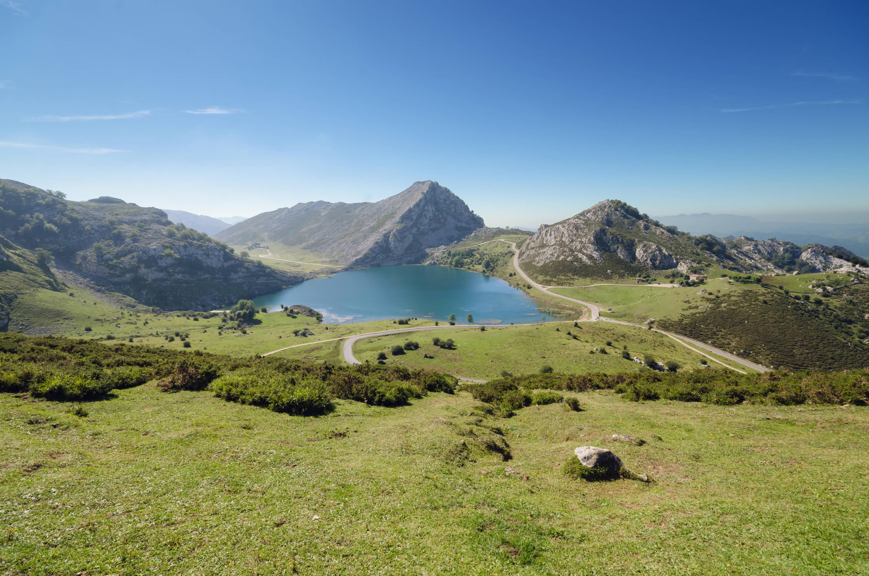 Lago Enol desde el Mirador Entrelagos, uno de los Lagos de Covadonga, Cangas de Onis, Asturias