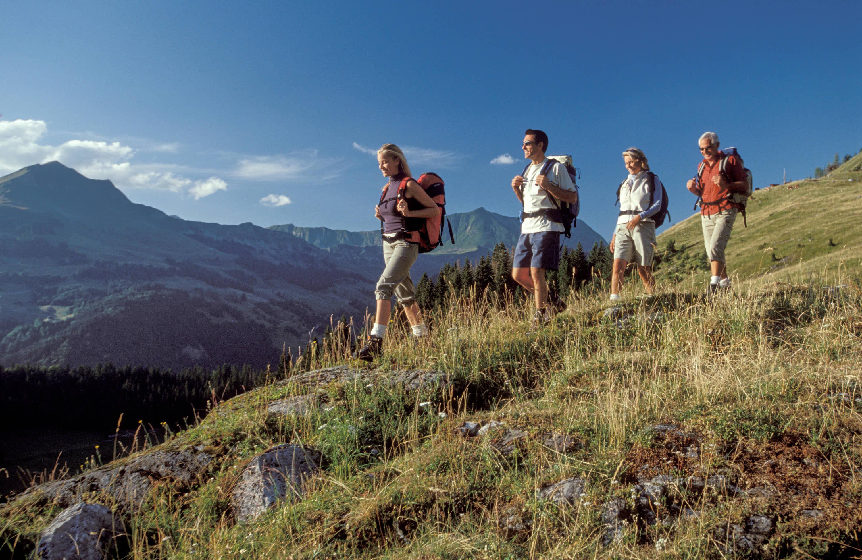 Pareja con sus padres caminando por la montaña