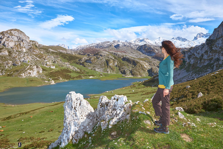 Mujer mirando el Ercina, en los Lagos de Covadonga, Cangas de Onís, Asturias