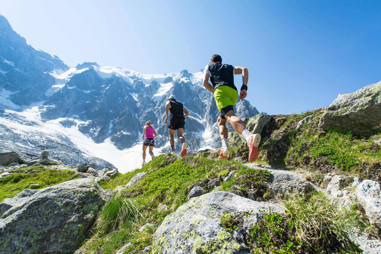 Grupo de personas corriendo por sendero en alta montaña