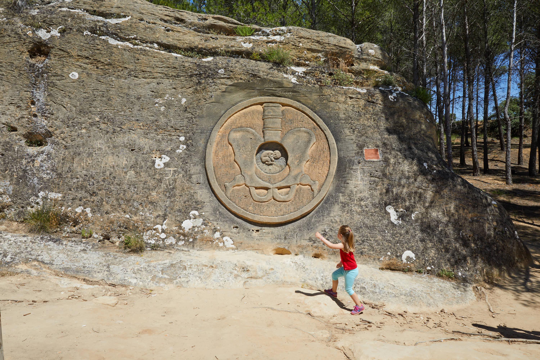 Escultura Moneda de la Vida, en la Ruta de las Caras, Buendía, Cuenca, Castilla La Mancha