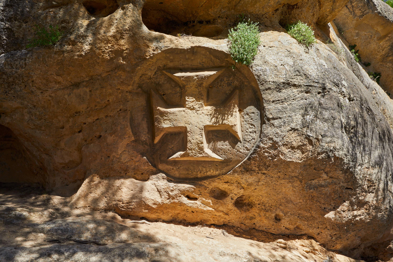 Escultura Cruz Templaria en la Ruta de las Caras, Buendía, Cuenca, Castilla La Mancha