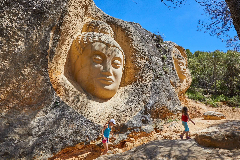 Escultura Maitreya, en la Ruta de las Caras, Buendía, Cuenca, Castilla La Mancha