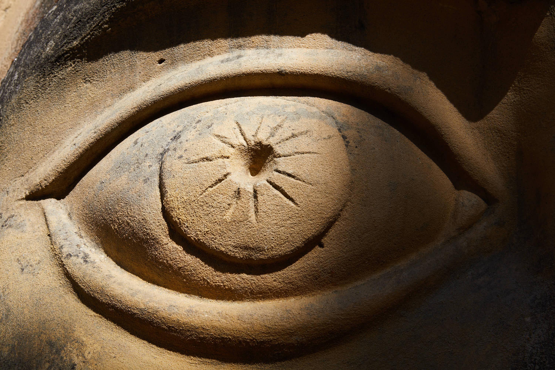 Ojo de la escultura Chamán, en la Ruta de las Caras, Buendía, Cuenca, Castilla La Mancha