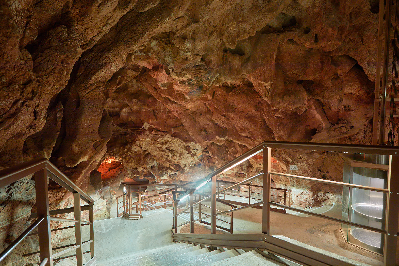 Sala de acceso a la Cueva del Tesoro en Rincon de la Victoria, Malaga, Andalucia, España