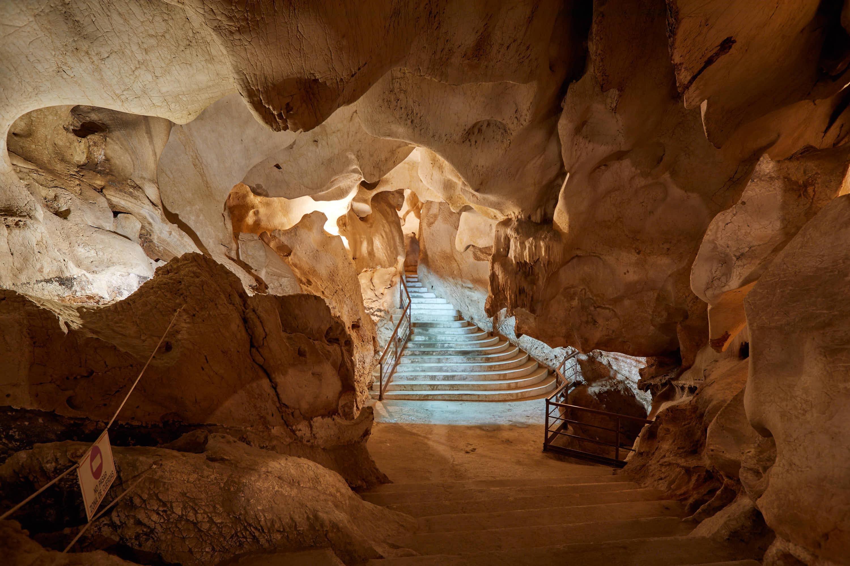 Sala con escalinata en la Cueva del Tesoro en Rincon de la Victoria, Malaga, Andalucia, España