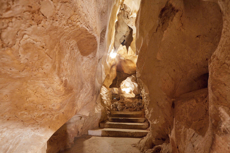 Escalones en la Cueva del Tesoro en Rincon de la Victoria, Malaga, Andalucia, España