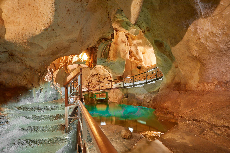 Lago y pasarela en la Cueva del Tesoro en Rincon de la Victoria, Malaga, Andalucia, España