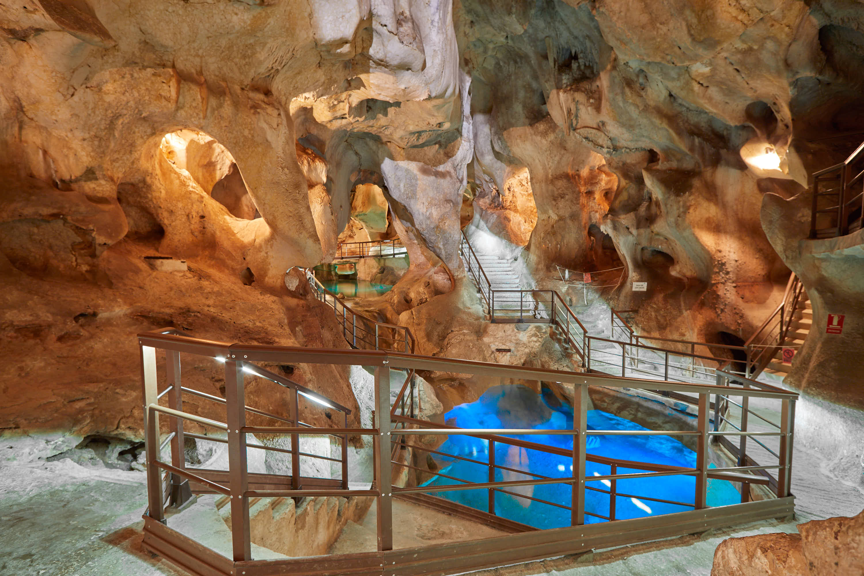 Sala de los Lagos completa en la Cueva del Tesoro en Rincon de la Victoria, Malaga, Andalucia, España